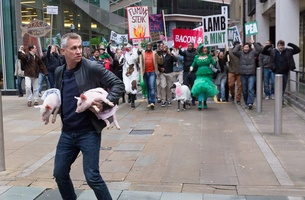 Gary Lineker Accosted in Walkers Giveaway Ad